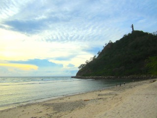 Patung Cristo Rei tertambat di puncak bukit di pesisir pantai Dili. (Foto: Yudha PS)